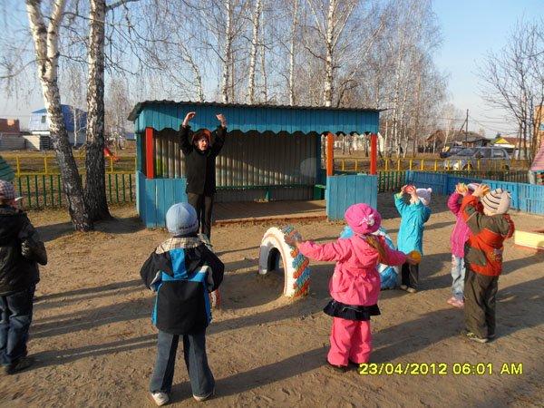 С учетом возраста, группы здоровья и индивидуальных качеств детей педагоги разработали комплексы утренних гимнастик с...